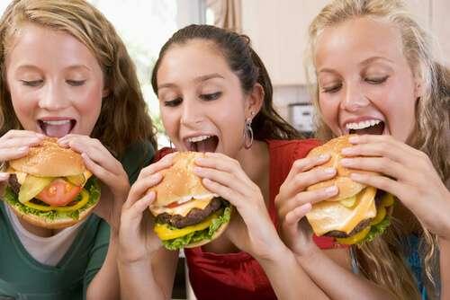 אכילה במחזור, המבורגר, בנות אוכלות המבורגר